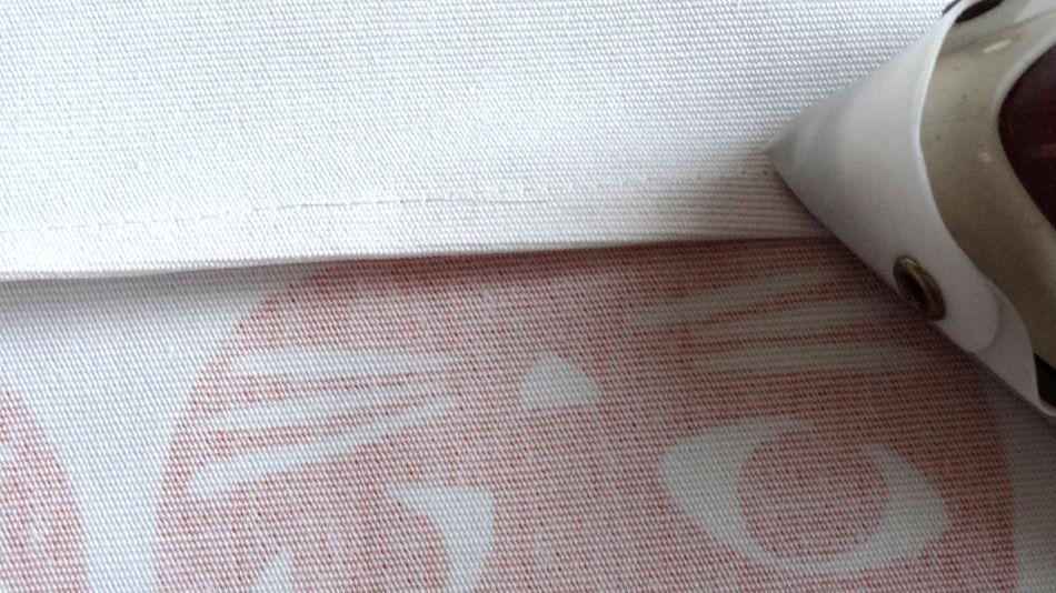 Szycie torby - tutorial - przeprasowanie szwu w kirunku wzorzystego materia lu