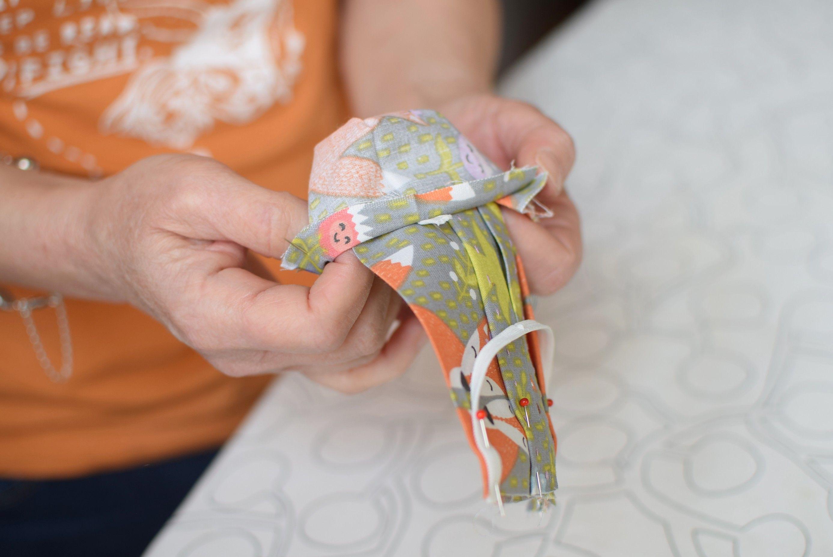 Szycie maseczki bawełnianej - tutorial - szycie ręczne - odwracanie całości - lewa strona