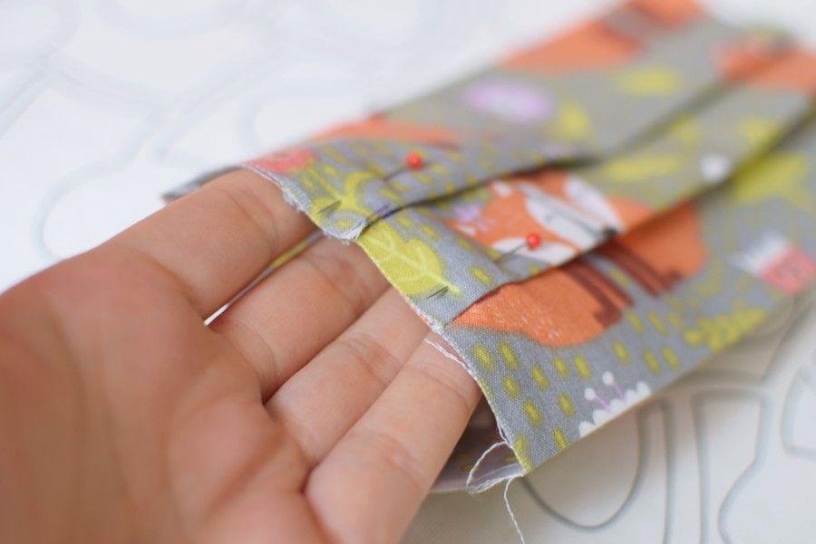 Szycie maseczki bawełnianej - tutorial - szycie ręczne - stabilizacja zakładek