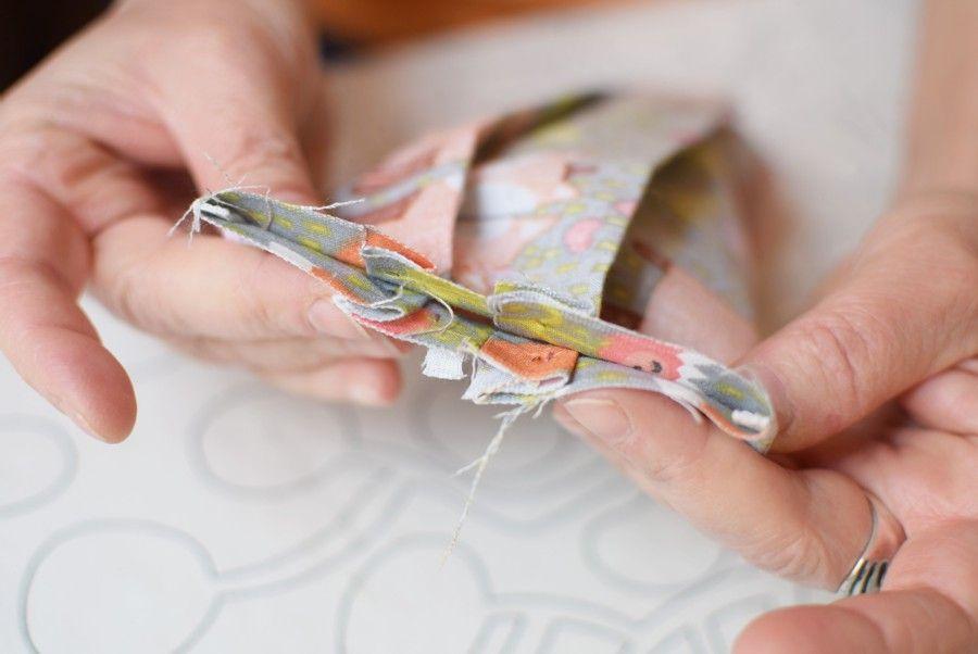 Szycie maseczki bawełnianej - tutorial - szycie ręczne - złożenie wzdłuż boku