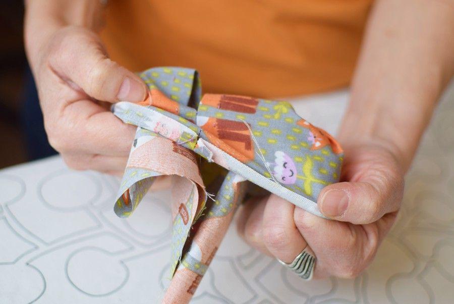 Szycie maseczki bawełnianej - tutorial - szycie ręczne - wywijanie na prawą stronę