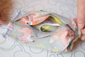 Szycie maseczki bawełnianej - tutorial - szycie ręczne - otwór kieszonki - wywracanie maseczki