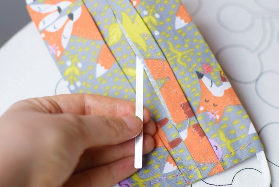 Szycie maseczki bawełnianej - tutorial - zakładanie blaszki